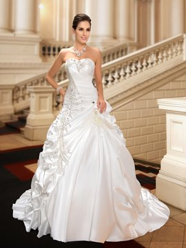 Glamorous Sweetheart Crystal Ball Gown Wedding Dress